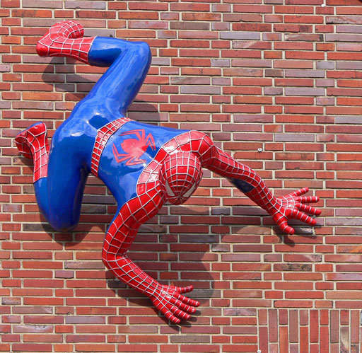 Spiderman an der Hauswand am Capitolkino