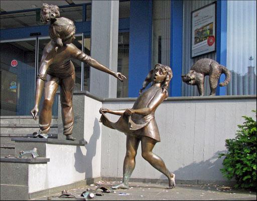 Das zerbrochene Sparschein  Skulpturen vor der Sparkasse.