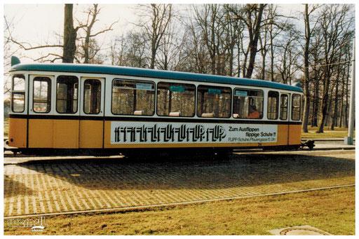 Beschriftung einer Straßenbahn.