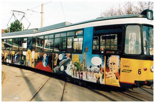 Beschriftung einer Straßenbahn mit Comic-Motiven.