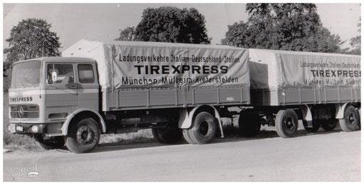 Ein Hängerzug mit Plane und Fahrzeugbeschriftung für TIREXPRESS.