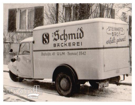 """Ein Goliath """"Goli"""" Dreirad mit Beschriftung der Bäckerei Schmid."""