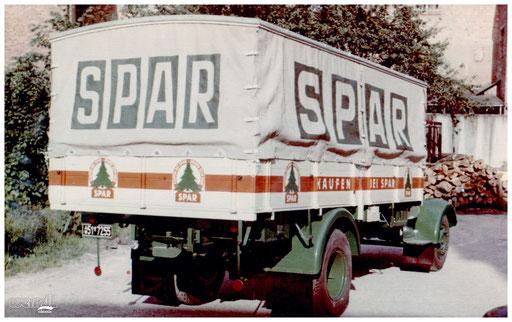 Beschriftung eines Planenaufbaus für SPAR.