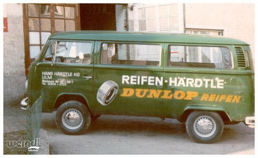 Fahrzeugbeschriftung eines Reifenhändlers.