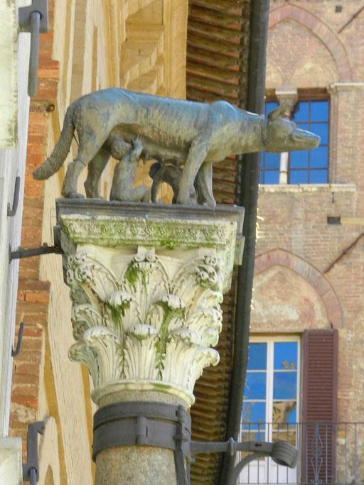 シエナのシンボル メスオオカミとお乳をのむ双子