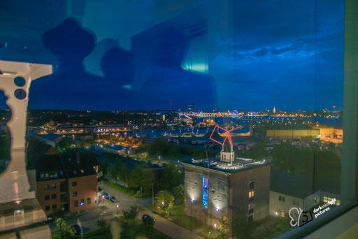 blaue Stunde gesehen aus dem Fenster on der Fachholschule Kiel