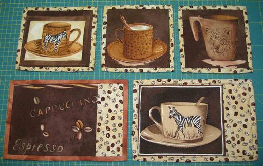 Mug-Rugs (Tassenteppiche) zum Abstellen der heißen Kaffee- oder Teetasse. Mit isolierendem Vlies als Innenschicht und Rückseitenstoff