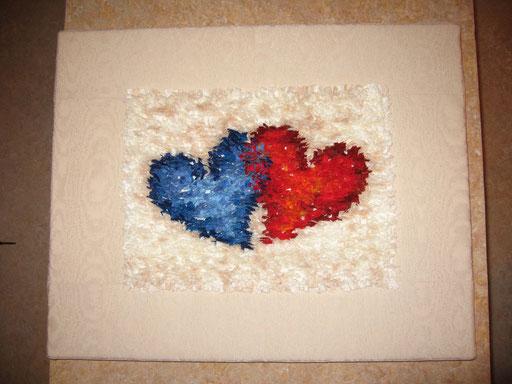 2 Herzen Fusselbild - viele 2 x 30 mm große Stoffstreifchen wurden einzeln mit der Maschine aufgenäht