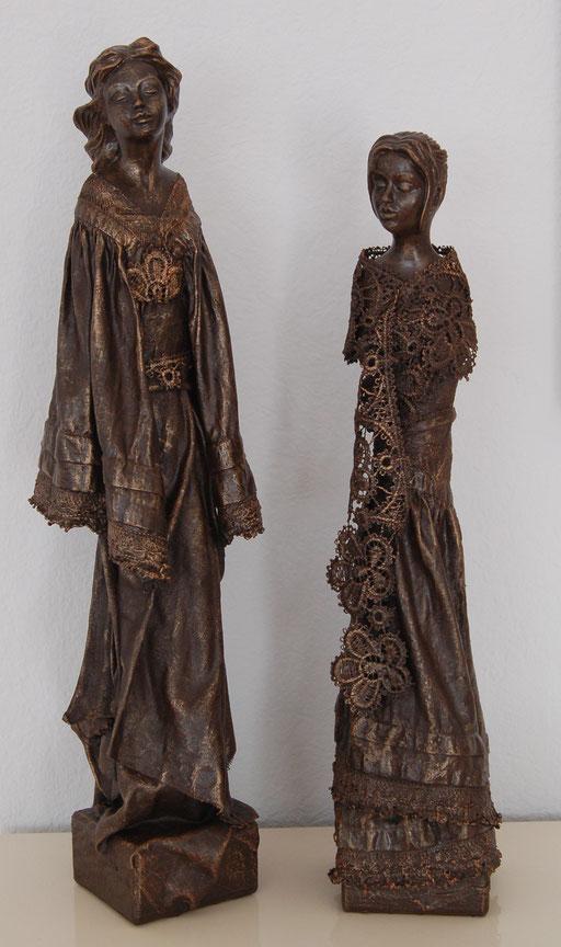 """ Freundinnen "", Dekorationshärter, Gipsköpfe, Stoff und Spitze, Holzsockel, ca. 48 cm und 43 cm hoch"