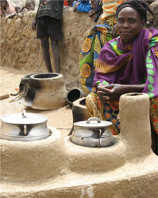 Boudougou, Maroua, Extrême-Nord - Mulitpot Herd aus einer Lehmmischung. Benötigt nur 40% dessen, was ein offener Holzherd verbraucht.