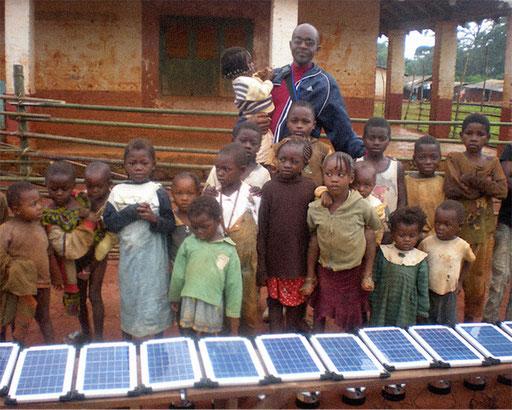 Elektrifizierungsprojekt 15 Dörfer Zentrum-Osten –  Dorf Kwoamb. Die Kinder waren auch involviert.