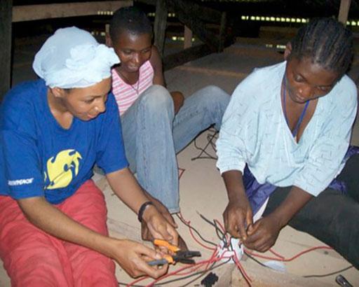 Elektrifizierungsprojekt 15 Dörfer Zentrum-Osten – Die Installationen wurden durch unsere TechnikerInnen zusammen mit den trainierten DorfvertreterInnen durchgeführt.