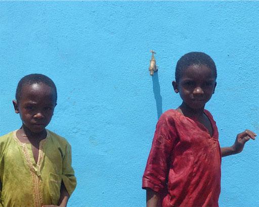 Belel, Vina, Adamaoua - Kinder vor dem Wasserhahnen.