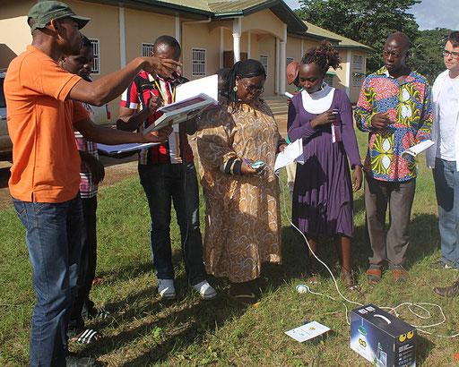 Electrification 15 Villages CE-Est – Un technicien explique pendant l'atelier solaire.
