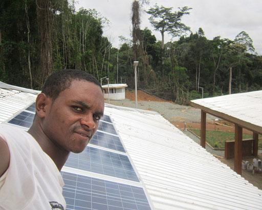 Memve'ele, Campo, Sud – SHS 600 W pour alimenter le hangar, l'ecran plat, le frigo solaire.