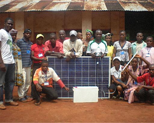 Elektrifizierungsprojekt 15 Dörfer Zentrum-Osten – Dorf Kwoamb. Ausbildung in Solarenergie für 60 Leader aus 15 Dörfern.