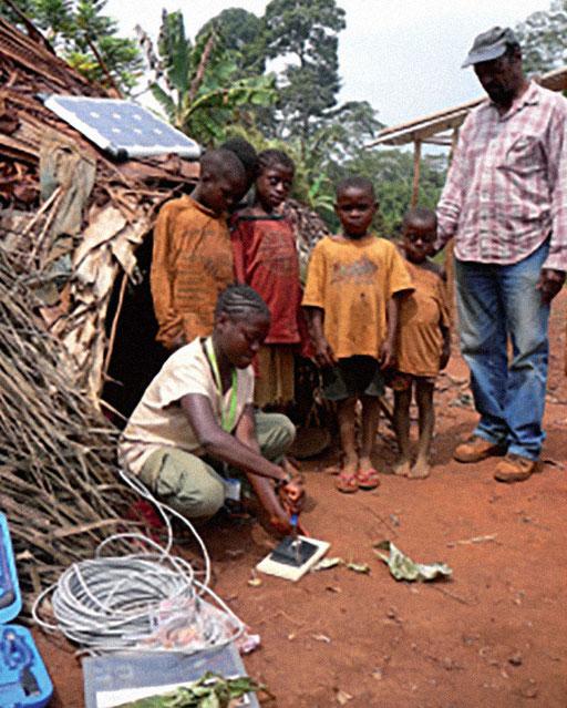 Elektrifizierungsprojekt 15 Dörfer Zentrum-Osten – Dorf Missoume. Die angehenden TechnikerInnen üben sich vor Ort.