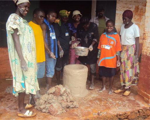 Kwoamb, Abong-Mbang, Osten - Holzeffizienter Lehmherd, bis 80% Holzeinsparung.