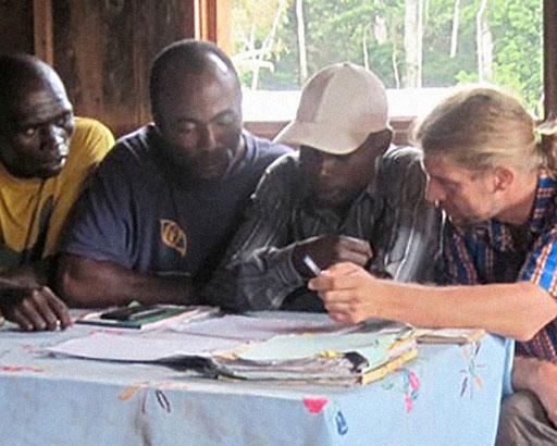 Elektrifizierungsprojekt 15 Dörfer Zentrum-Osten – Dorf Ngola-Bantou. Réunion avec la Chefferie pendant le suivi du projet.
