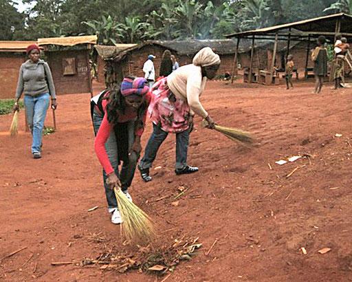 Elektrifizierungsprojekt 15 Dörfer Zentrum-Osten – Dorf Ngola-Baka. Eine gemeinsame Putzaktion vor der eigentlichen Versammlung.