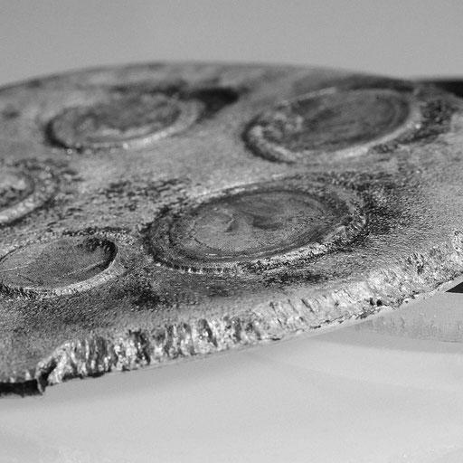 Mittels Sprengfolie (Semtex) wurden Münzen in eine Metallplatte aus Aluminium geprägt.