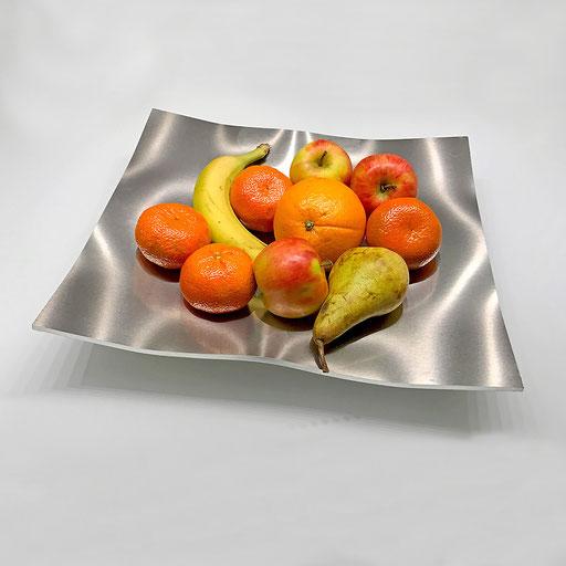 Zu einer Obstschale mit wenigen Gramm Sprengstoff umgeformte Metallplatte.