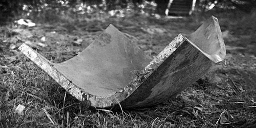 Eine zu einer Schale umgeformte 20-mm-Stahlplatte (ca. 250 Gramm Gesteinssprengstoff Eurodyn 2000)