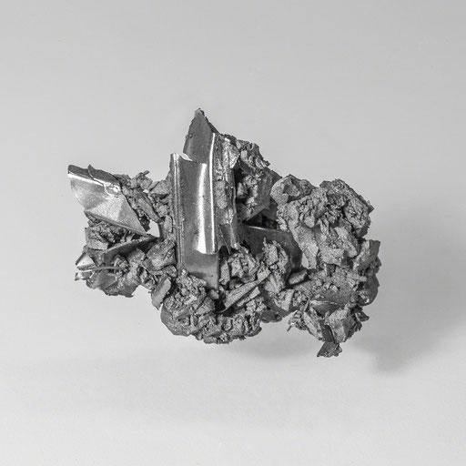 Auch nach der Sprengung eines Magneten haften seine Einzelteile zusammen.