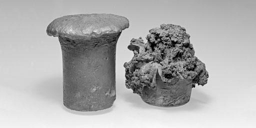 Gleiche Mengen verschiedener Sprengstoffe zeigen unterschiedliche Auswirkungen (links: 100 g gewerblicher Gesteinssprengstoff, rechts: 100 g TNT)
