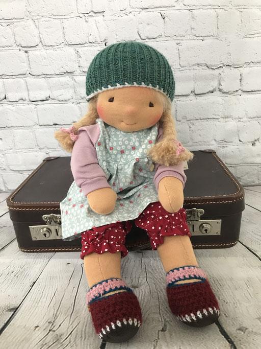 Grosses Puppenkind mit Baumwollkleid Leggins und Strickmütze