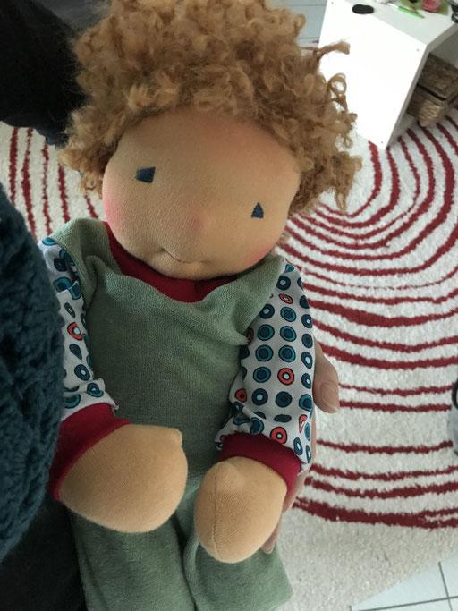 einfach kuschlig und zum Liebhaben - ein Puppenbaby bekleidet mit Frotteestoffen