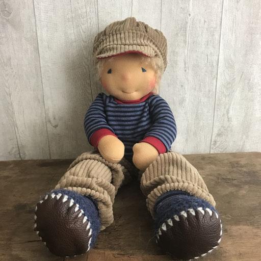 grosser Puppenjunge mit Cordhose und Schirmkappe (42 cm)