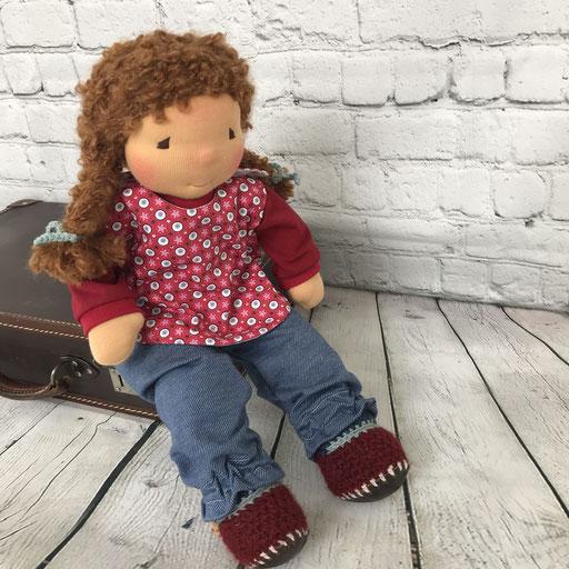 reisefertig auf dem Koffer sitzen und warten dass es endlich losgeht auf zur Puppenmama