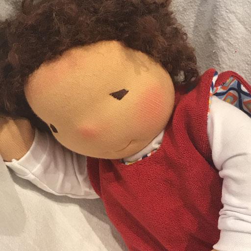 innen werden die Strampler farbenfroh abgesetzt, unter dem Strampler tragen die Puppenbabys einen Body
