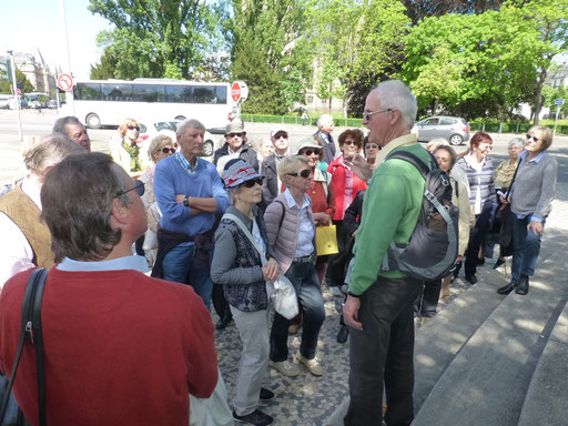 Michael Tocha mit der Gruppe am Goethe-Denkmal