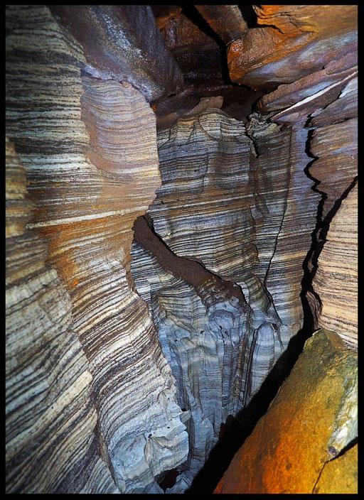 Grotta: La Trincea, marmo con straterelli di micascisto