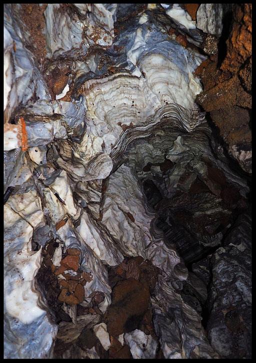 La Corona: pozzo nel marmo (P10) con micascisti
