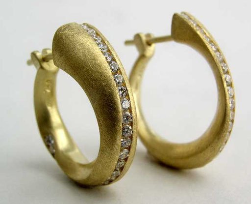 Möbius hoops, 18ky, diamonds