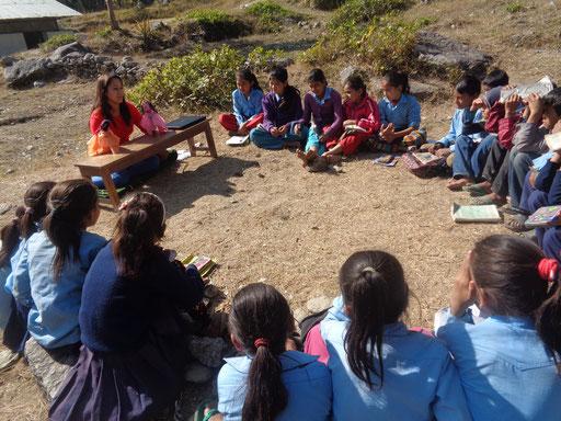 Nepalesische Mädchen und Jungen interessieren sich für die Aufklärung durch BISS-Nurse Ganga