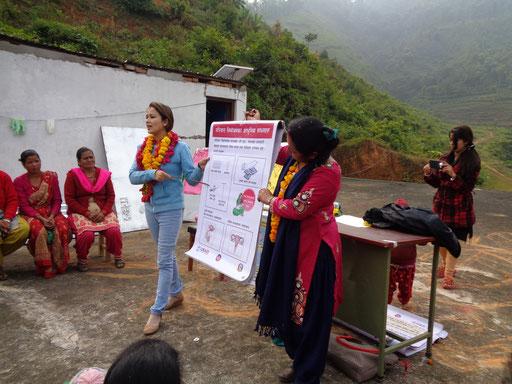 Nepalesinnen folgen interessiert der Aufklärung der BISS-Krankenschwestern