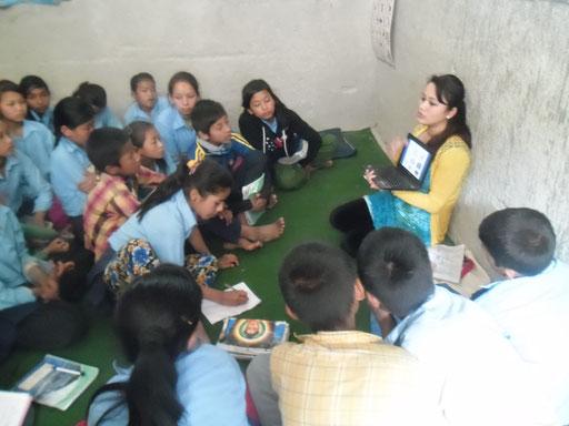 Die einheimischen BISS-Nurses schulen nepalesische Schüler in der Gesundheitsfürsorge