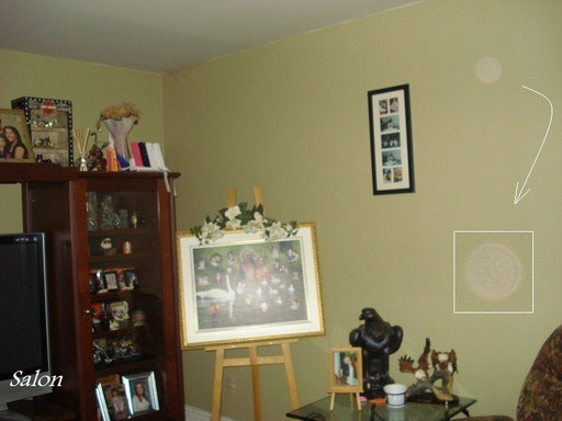 Un autre orbe blanc transparent dans le salon.