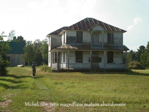 Direction, vers les Basses-Laurentides pour une nouvelle enquête! Sur notre chemin, nous nous sommes arrêté pour prendre quelques photos de cette ancienne maison qui se trouvait au bord d'une route. (Note : cette maison n'est pas celle de cette enquête)