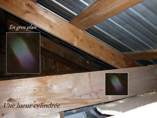 Nous avons pensé qu'il s'agissait d'un reflet causé par le flash, sur un objet métallique, par exemple, un clou ou d'une visse, mais après avoir observé attentivement le grain du bois, rien nous indique cette hypothèse.
