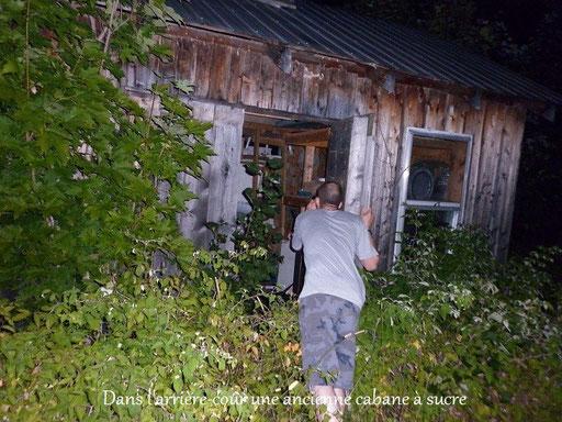 Ian, entre dans l'ancienne cabane à sucre. (Il fait très noir!)