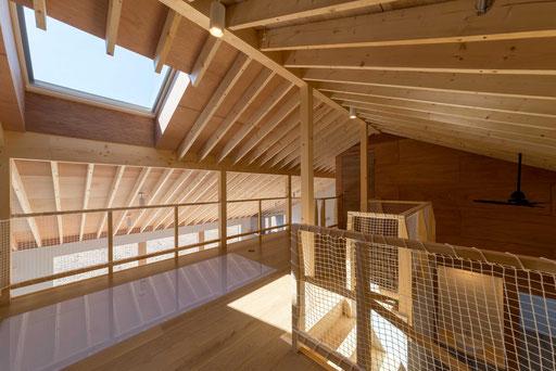 【十勝幕別町】 勾配天井に包まれたサブリビング 天窓が適度な解放感をつくる