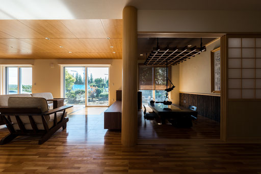 【北海道上士幌】 リビングと囲炉裏部屋の境には大黒柱がある