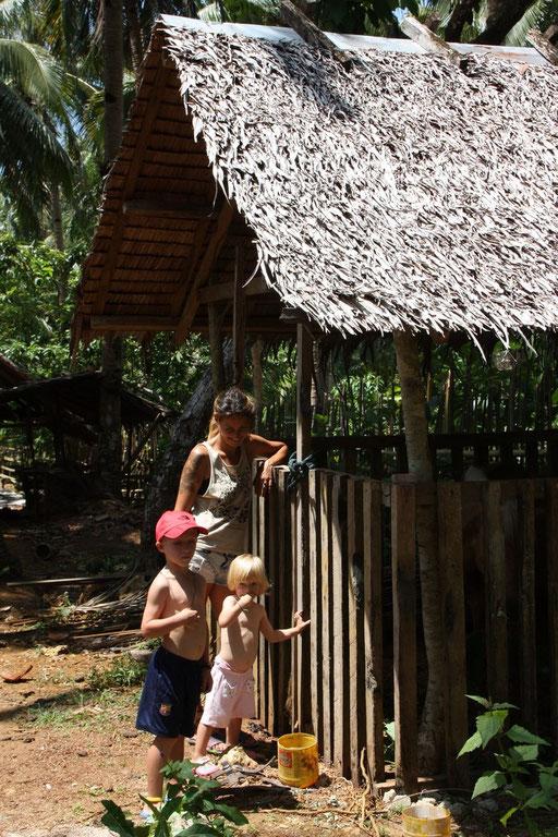 Mael et Laia avec Elena donnent visite au cheval d'Emerald House