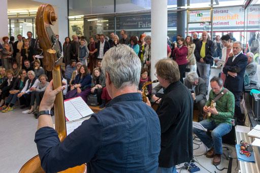 Vernissage: Musik von Johannes Brackmann (Kontrabass), Siggi Meier (Saxophon) und Roger van Triel (Gitarre).