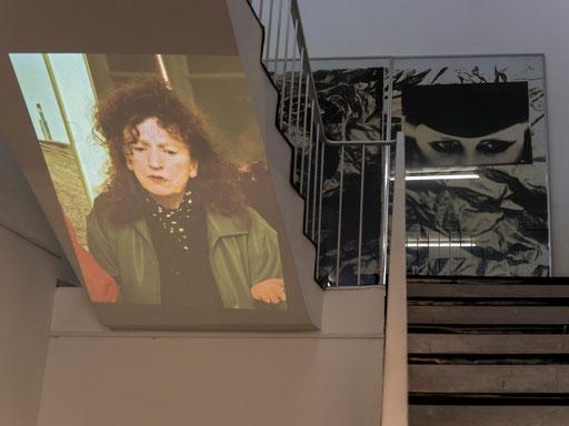 Projektion von Portaitfotos von Doris Schöttler-Boll auf die beiden Treppen im Untergeschoss (Fotos: Erwin Wiemer, Konzept: Wolfram Lakaszus), hier: Treppe links